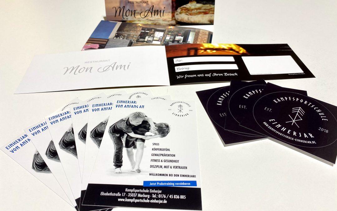 Druckfrisch eingetroffen – Gutscheine, Flyer & Aufkleber