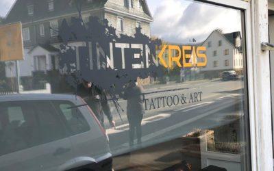 """Schaufensterfolierung – Tattoo Studio """"Tintenkreis"""""""